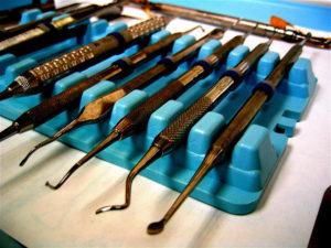 Des outils de dentiste.