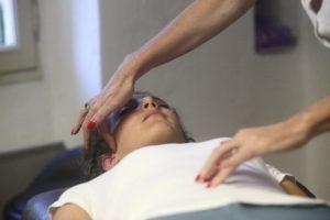 Personne soignant en psychonomie,; une alternative holistique à la médecine traditionnelle.