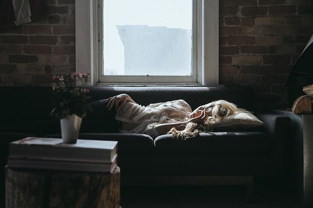 Personne allongée souffrant d'apnée du sommeil.