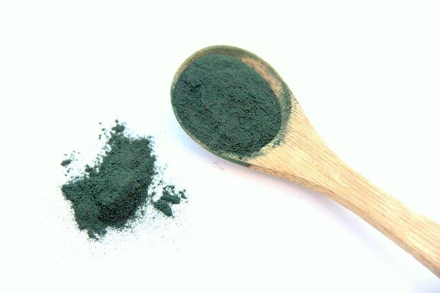 Poudre de spiruline riche en vitamines K pour les dents.