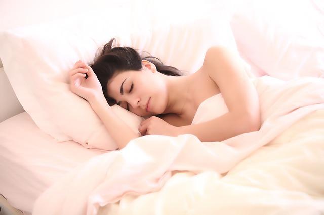 Photographie d'une jeune femme en train de dormir.