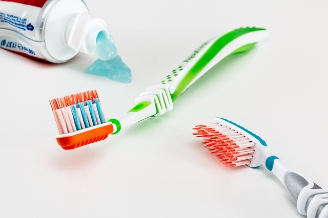 Brosses à dents et dentifrice.
