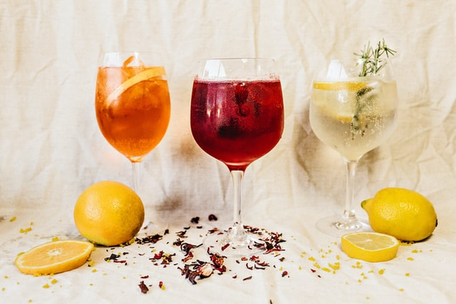 Trois cocktails différents dans des verres à pied.