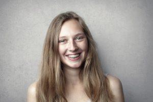 femme souriante dentiste appareil dentaire
